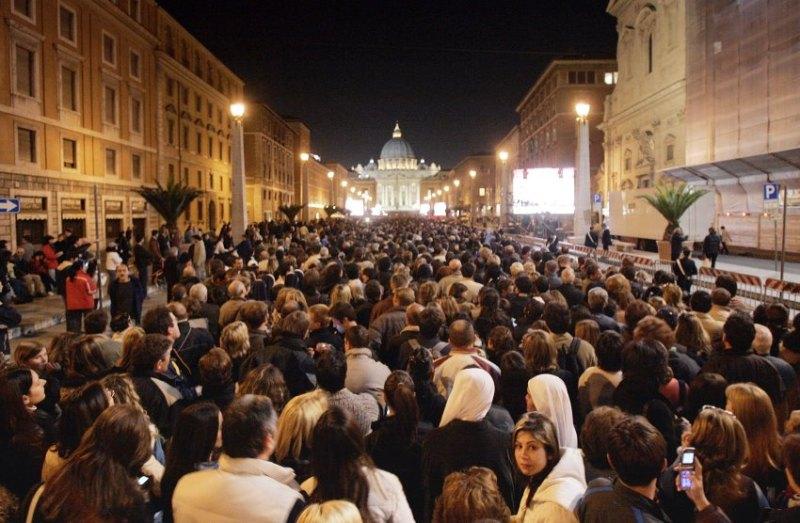 Petersplatz Rom, 2005 - ein einsames Mobil Telefon, mit dem fotografiert wird in der Menschenmenge.